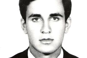 Licenciado en Geología. Desaparecido el 10/06/1977 a los 27 años. Militante del Movimiento Revolucionario 17 de Octubre.