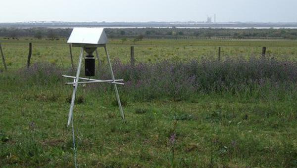 Muestreador de aire ubicado en la margen argentina del Río Uruguay, frente a la pastera ex Botnia.