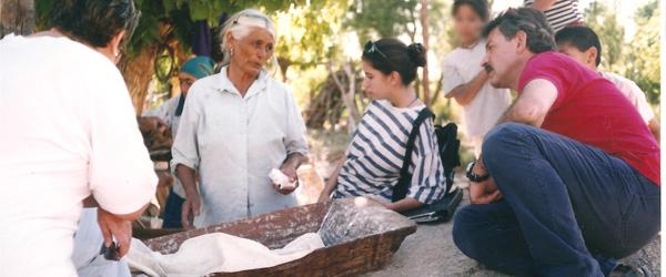 Entrevista a mujer de Asampay sobre la elaboración del pan y comidas regionales. El registro fotográfico fue parte de las actividades realizadas en el campo por alumnos y docentes de la Cátedra de Métodos y Técnicas de la Investigación Sociocultural. Asampay, Belén, Catamarca. 1996.