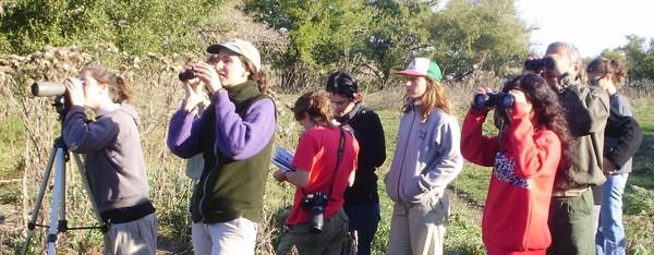 Alumnos de la cátedra de Ornitología utilizando material óptico de campo para la observación de aves en la Estancia Don Julián, Arroyo Zapata, provincia de Buenos Aires.