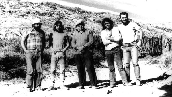 Integrantes de una misión arqueológica a la meseta central de Santa Cruz, en un momento de descanso de la tarea, en pose para el recuerdo. 1986.