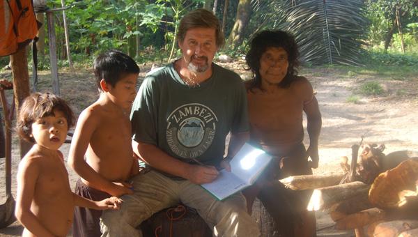 Dr. Gustavo Politis durante la campaña con los Nukak, en el Amazonas Colombiano.