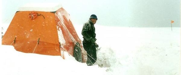 Realizando una limpieza de la carpa dormitorio (piramidal) luego de una tormenta de nieve.