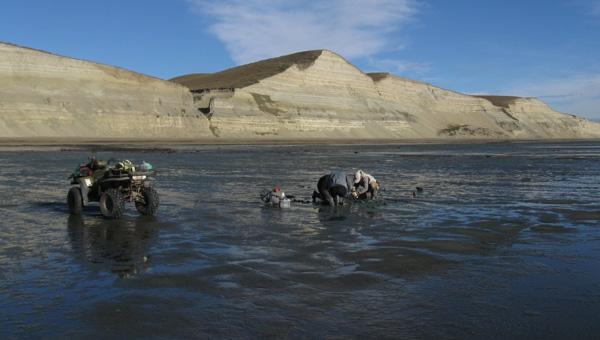 Afloramientos de la Formación Santa Cruz, durante la marea baja,  en la costa Atlántica, Provincia de Santa Cruz.  El cuatriciclo permite trabajar en lugares alejados a los accesos a la plataforma. Enero de 2012.